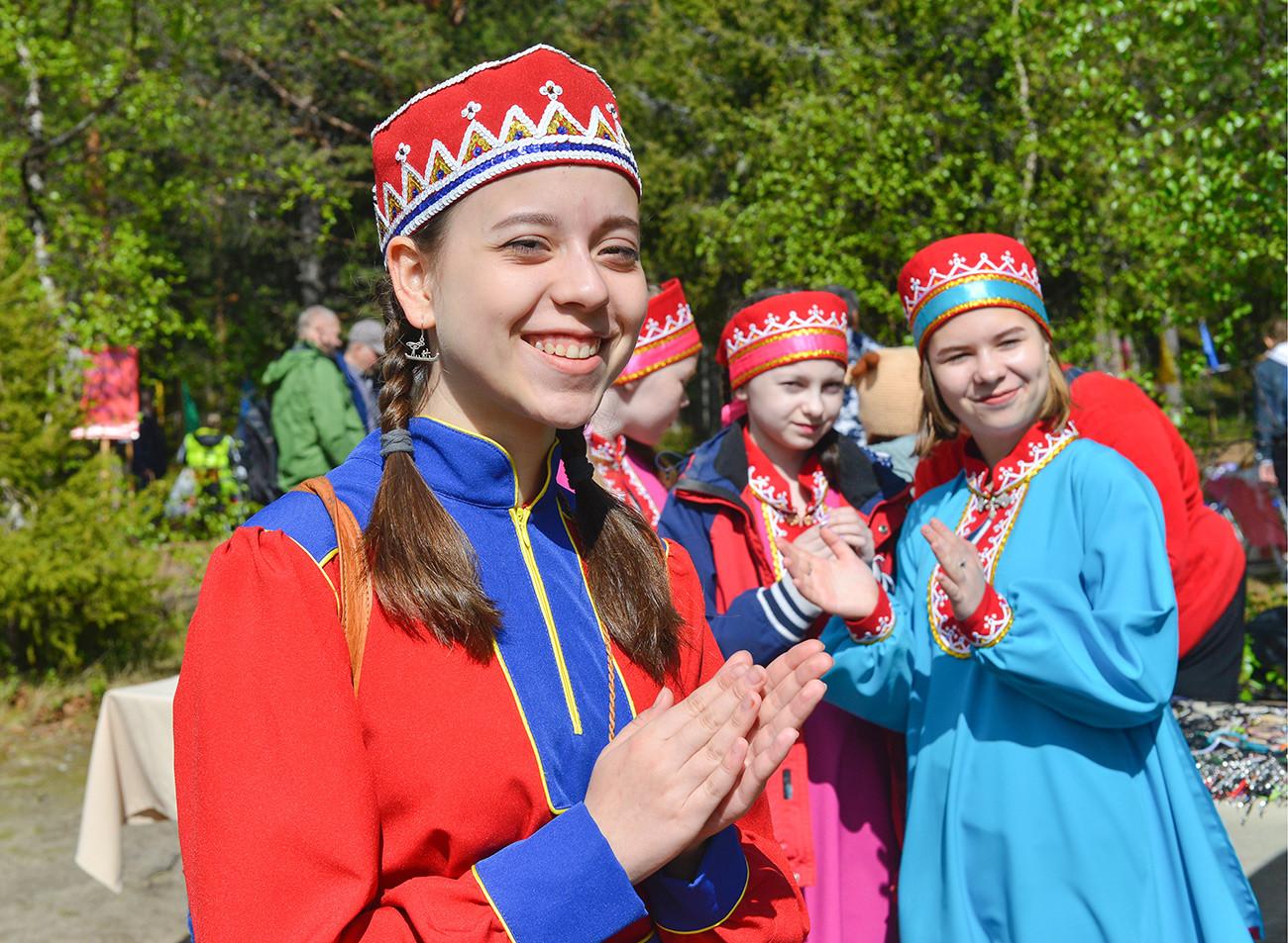Femmes en costume traditionnel lors des Jeux estivaux samis, à Lovozero