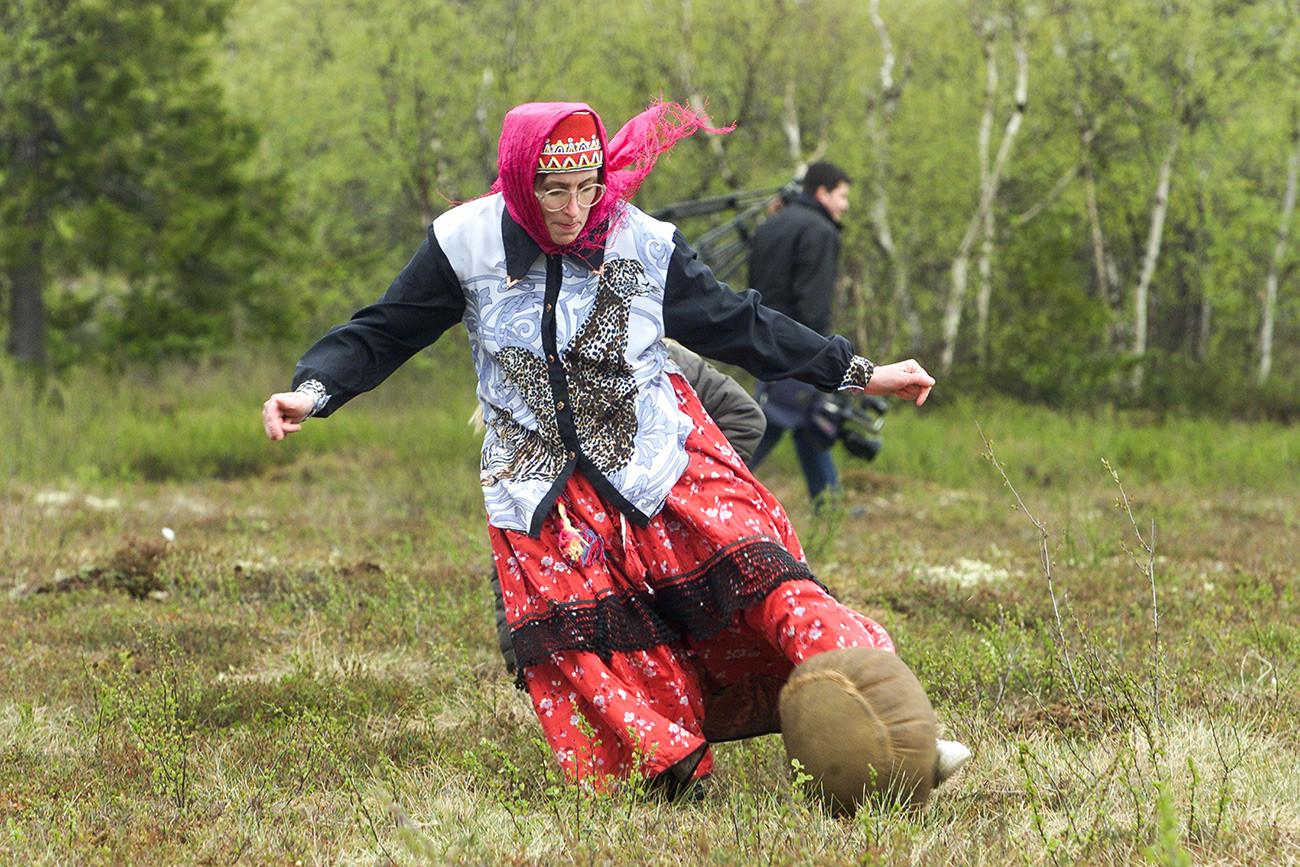 Femme samie jouant au football sami, à Lovozero en juin 2003