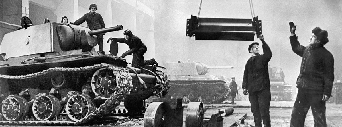 """Ленинград, СССР, Составување на тешките тенкови КВ-1 в Ленинградската металуршка фабрика """"Јосиф Сталин"""" во окупиран Ленинград за време на Големата татковинска војна на Источниот фронт во Втората светска војна."""