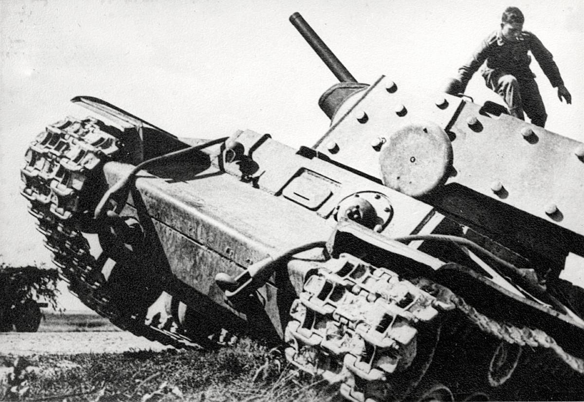 Тешкиот советски тенк КВ-1 (1940) заземен од Германците.