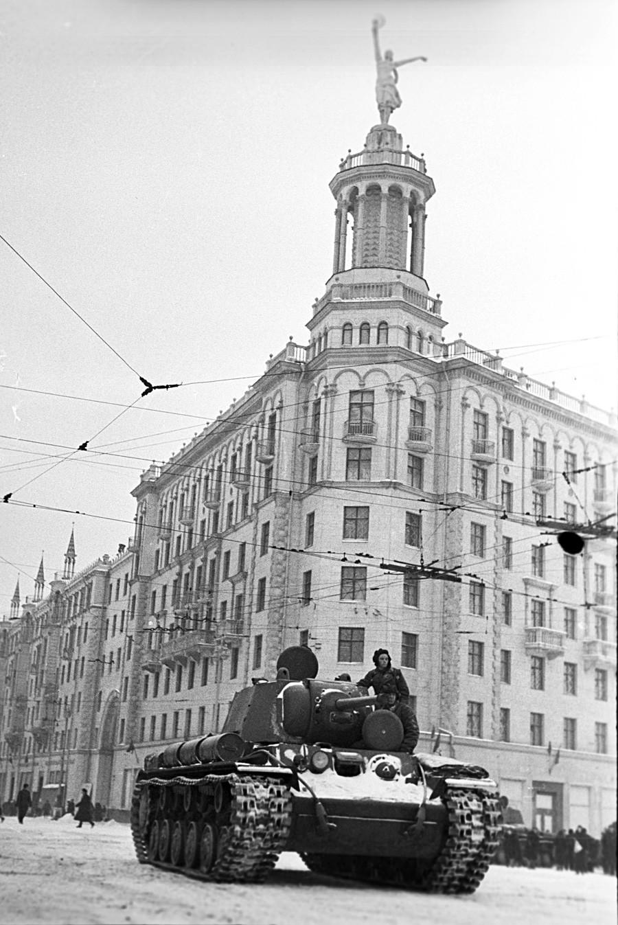 Тенк КВ-1 на улицата Горки во Москва.