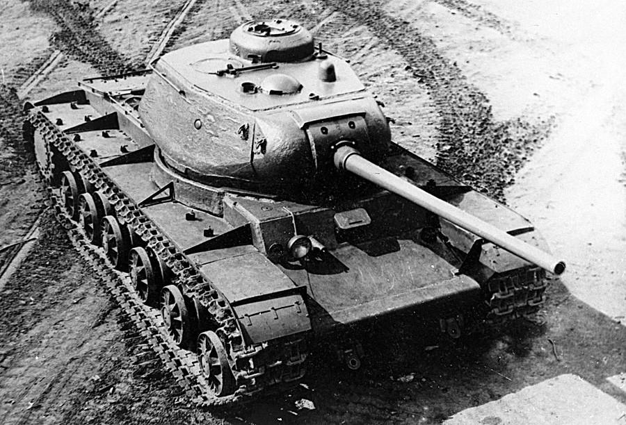 Тенк КВ-85, тежок советски тенк од времето на Големата татковинска војна.