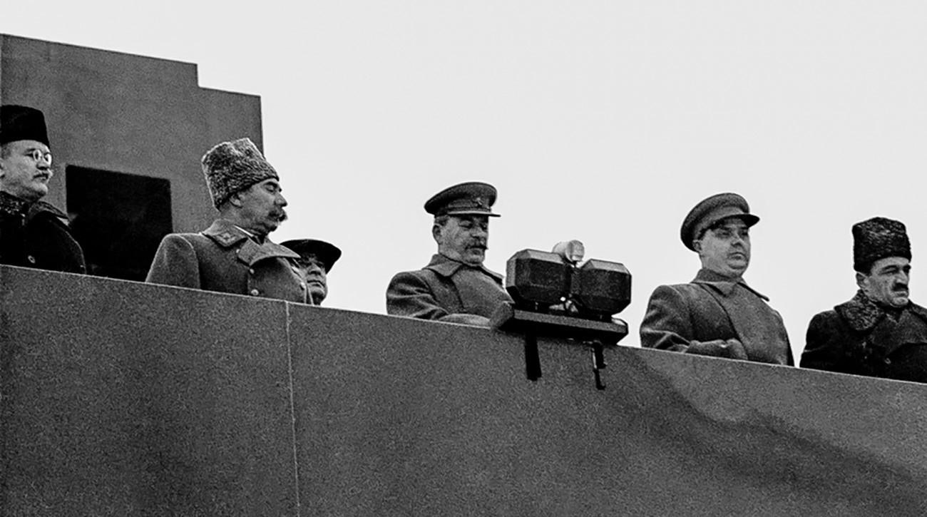 (одлево надесно) Вјачеслав Молотов, Семјон Буџони, Лаврентиј Берија, Јосиф Сталин, Георгиј Маленков, Анастас Микојан