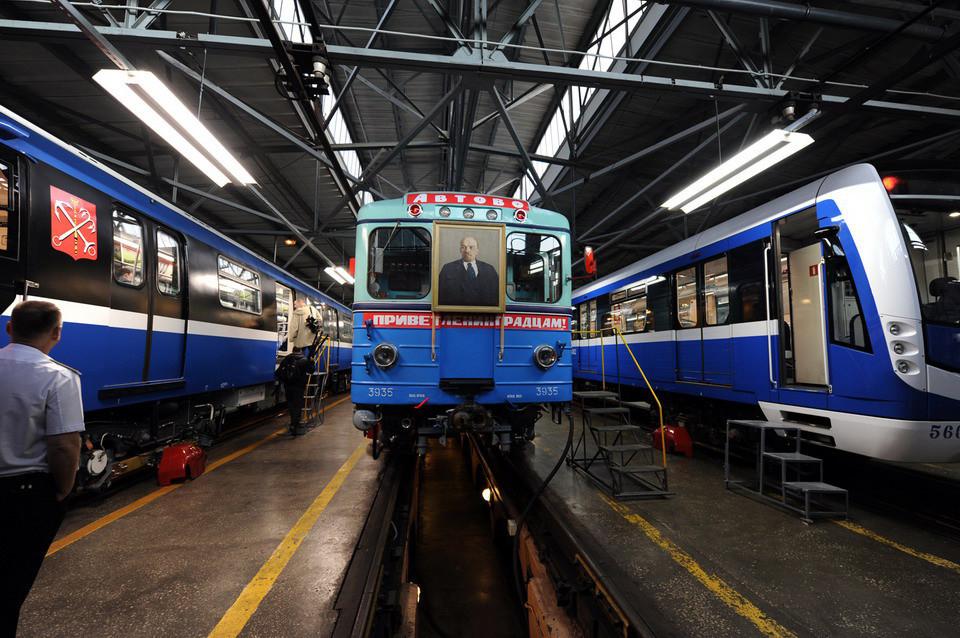 Trem retrô no metrô de São Petersburgo