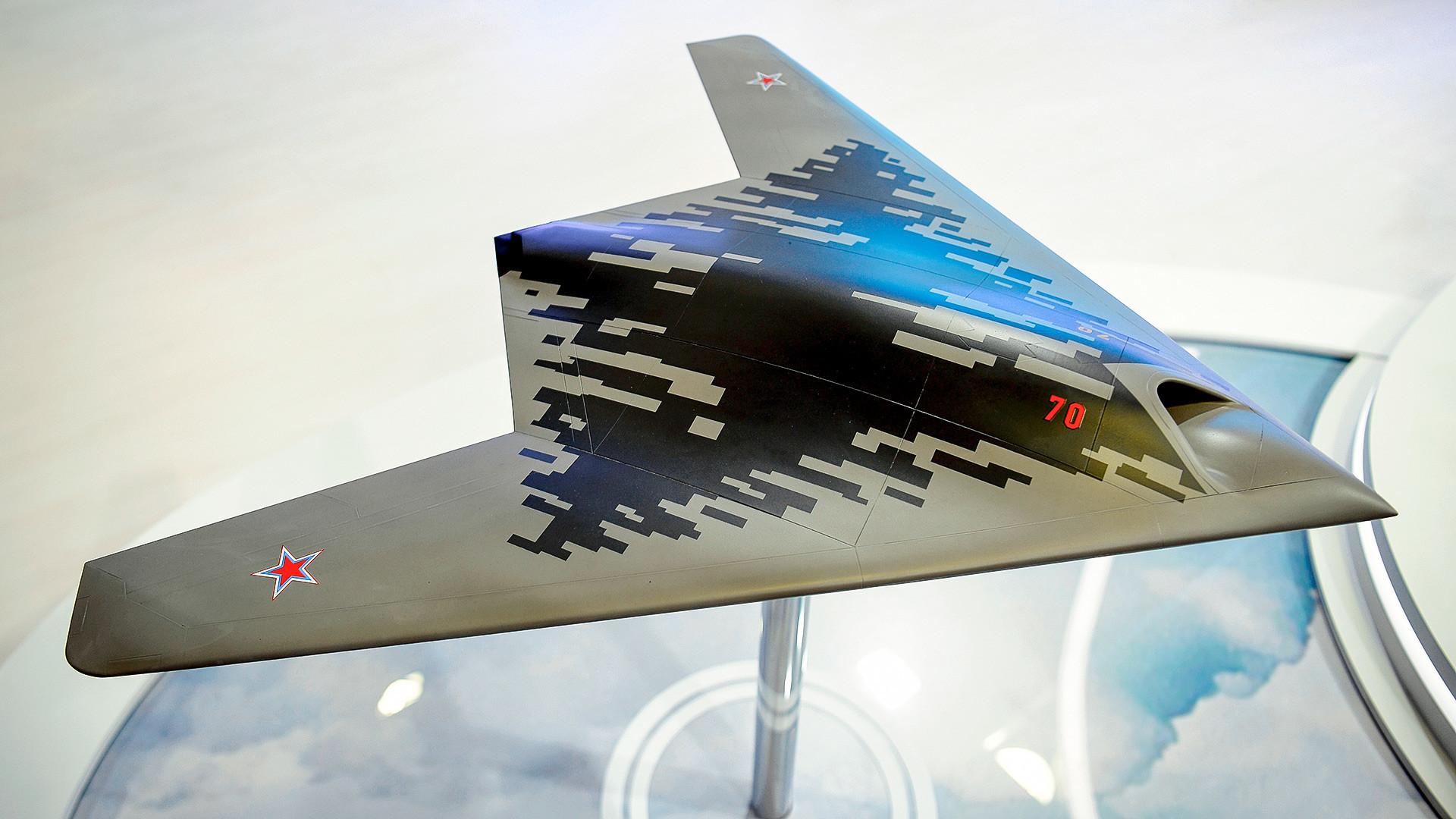 """Макета на беспилотното летало С-70 """"Охотник"""" на меѓународната авио-космичка изложба МАКС-2019 во Жуковски, Подмосковје."""