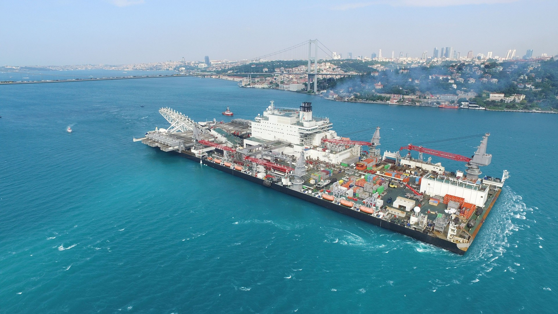 Passage par le détroit du Bosphore du navire en charge de la construction du Turkish Stream en mai 2017