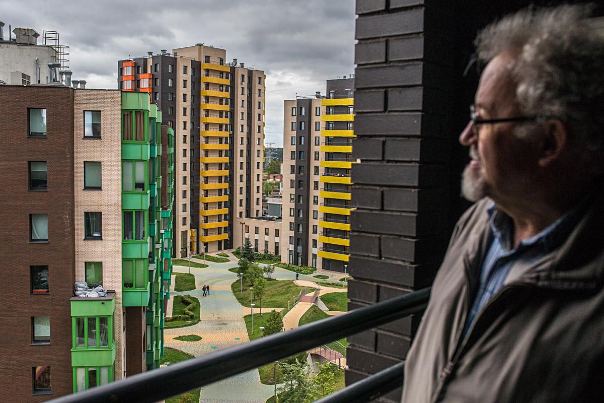 """Московска област, Русија, 19. септембар 2017. Човек посматра стамбено насеље """"Велтон Парк"""" Нова Сходња у граду Сходњи."""
