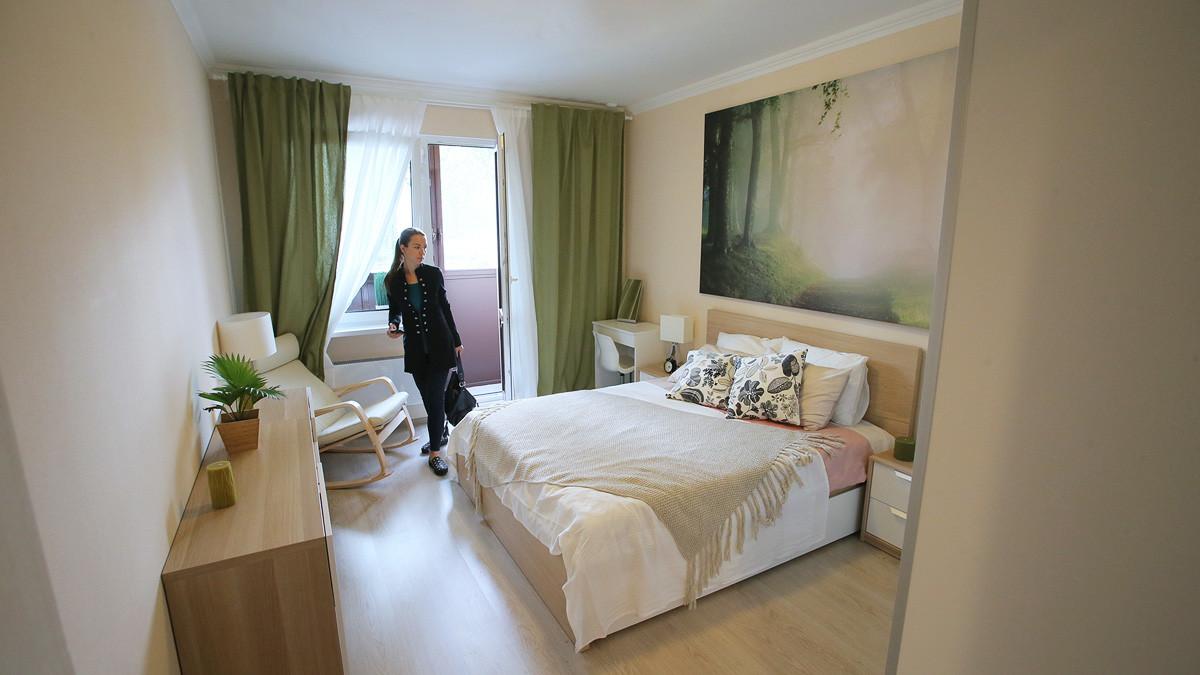 Спаваћа соба стандардизованог двособног стана који ће бити понуђен у оквиру програма селидбе, изложена у сали на Националној изложби економских достигнућа (ВДНХ), Москва.