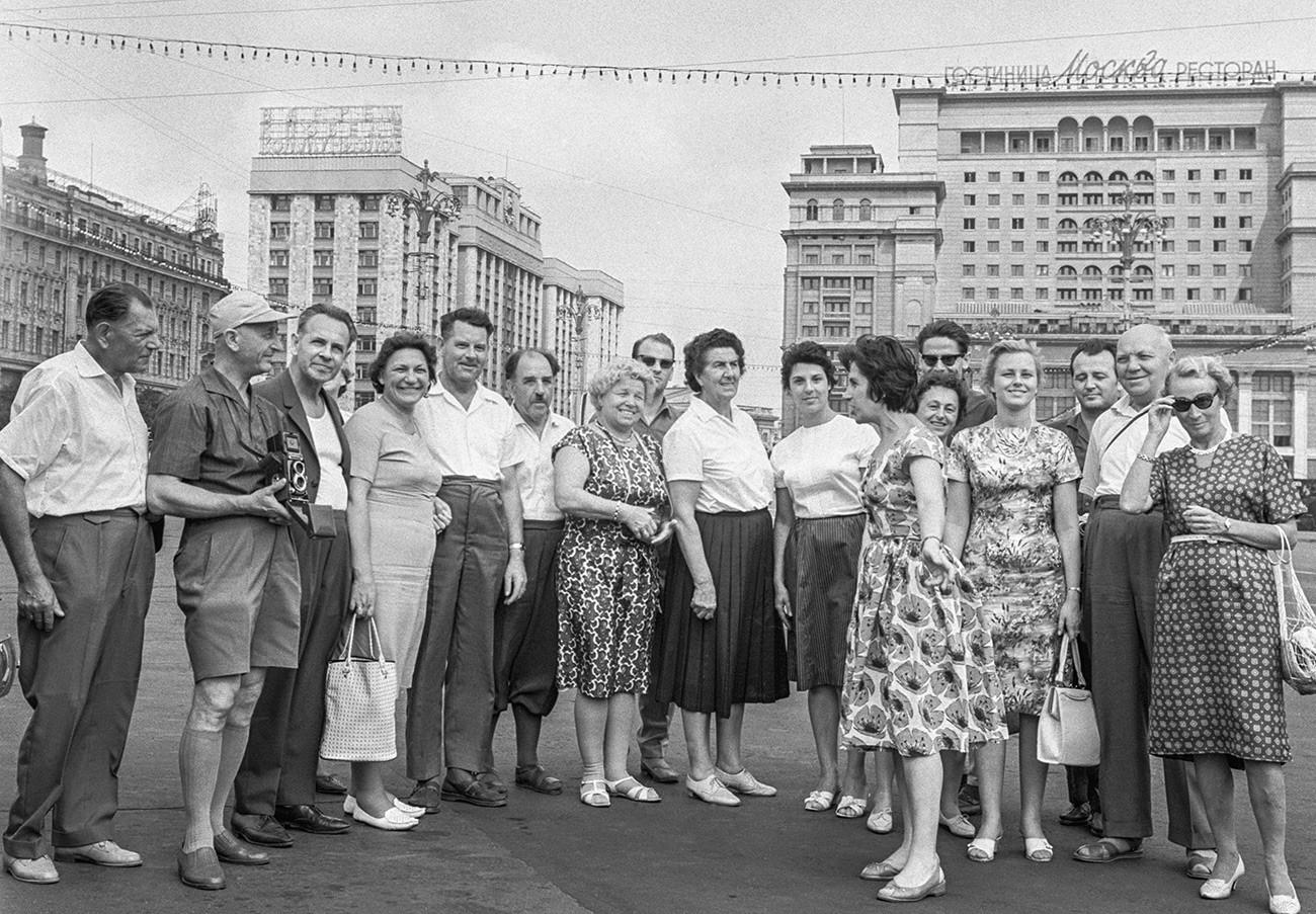 Touristen aus Österreich auf dem Maneschnaja-Platz, 1963