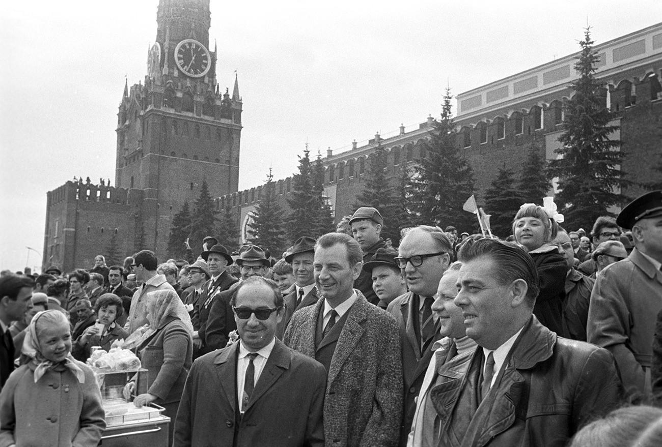 Ausländische Touristen während einer Demonstration zum 1. Mai auf dem Roten Platz, 1970