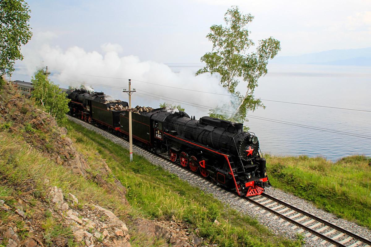 Kereta uap yang melintasi Jalur Lingkar Baikal, bagian dari Jalur Kereta Siberia TImur, di sepanjang tepi Danau Baikal.