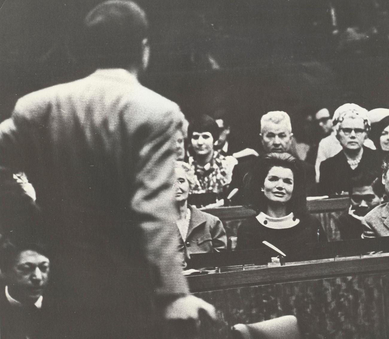 Жаклин Кеннеди слушает выступление Вознесенского на конференции в ООН в 1967