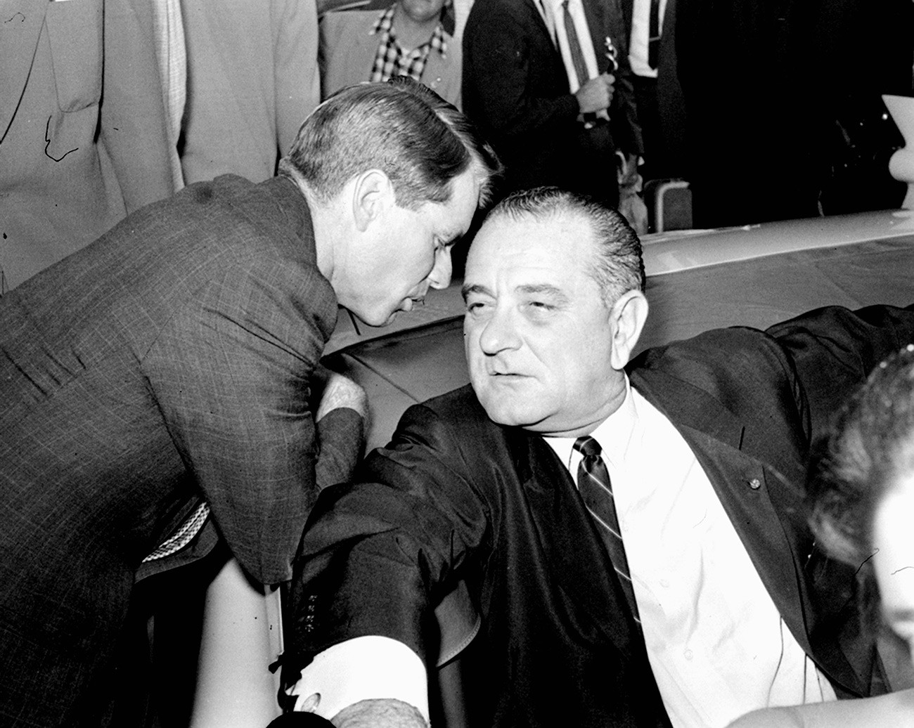 Брат Джона Кеннеди, Роберт Кеннеди, и вице-президент Линдон Б. Джонсон