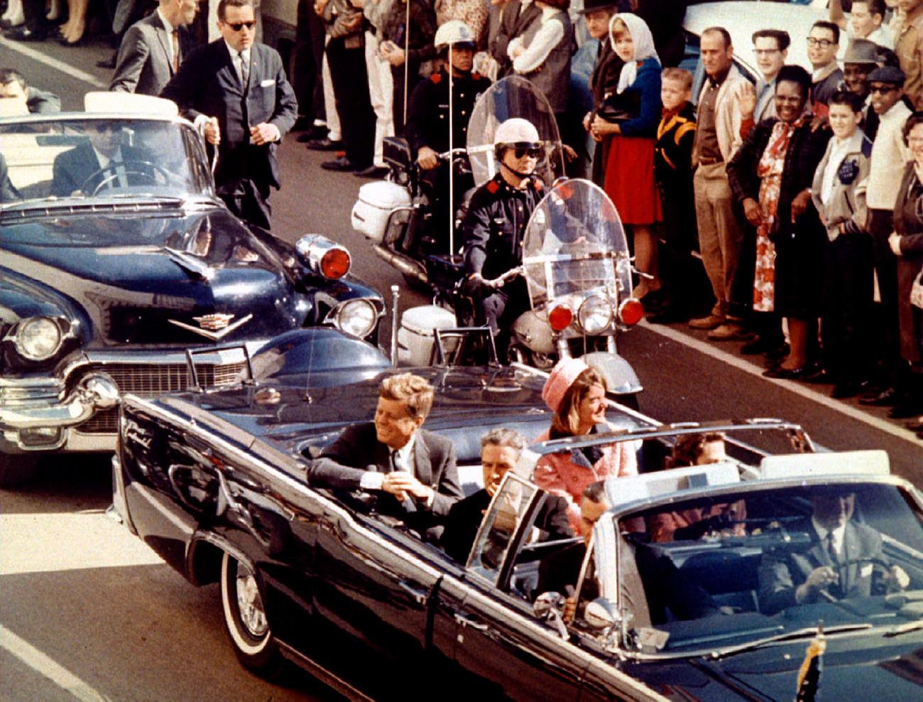 22. новембра 1993. године навршило се 30 година од убиства председника Џона Кенедија. Председник Џон Кенеди, прва дама и гувернер Тексаса Џон Конали возе се кроз Далас неколико тренутака пре атентата, 22. новембар 1963.