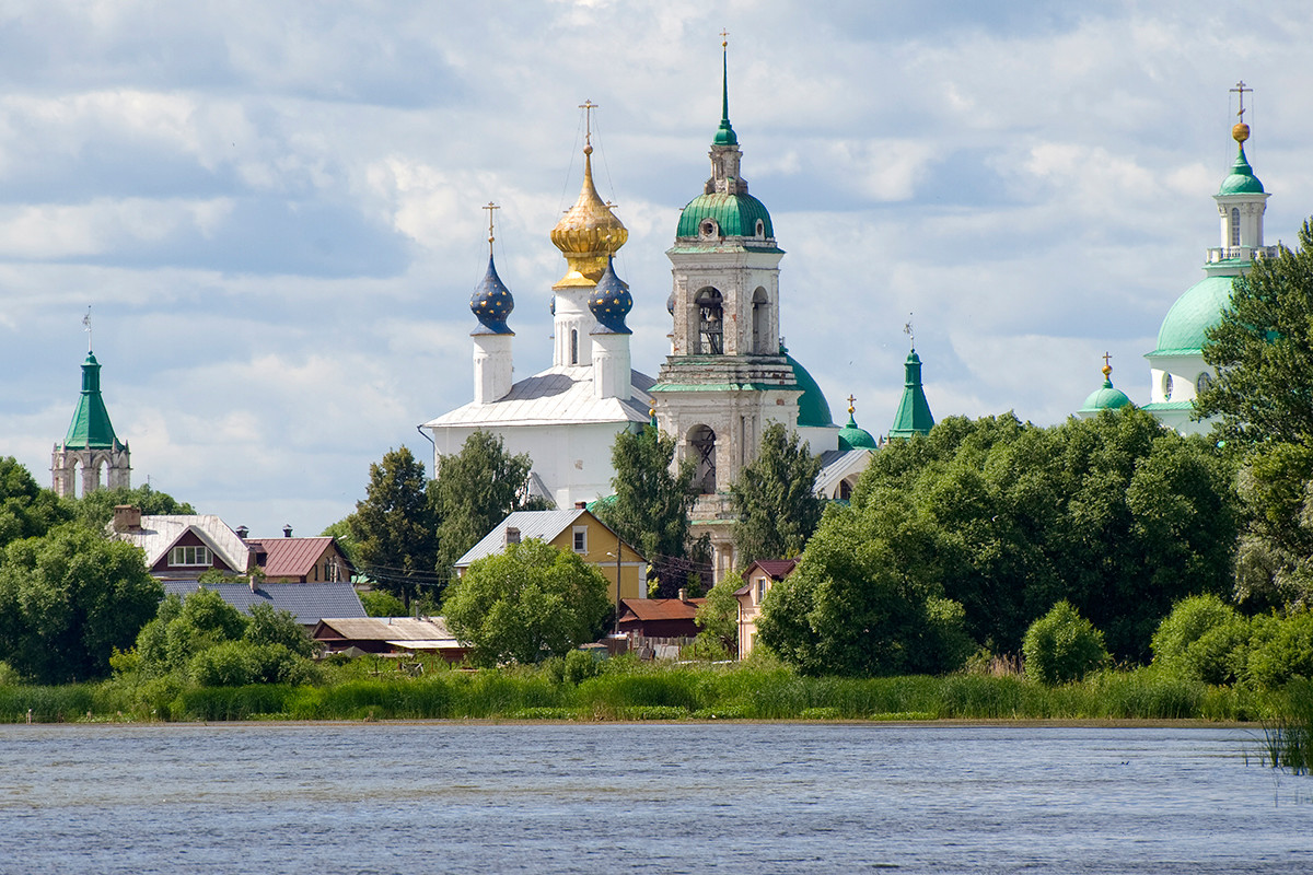 Rostov. Savior-St. Iakov-St. Dimitry Monastery. View west from Lake Nero embankment. From left: Southeast corner tower, Conception of St. Anne Cathedral, bell tower, Church of St. Dimitry of Rostov. July 5, 2019.