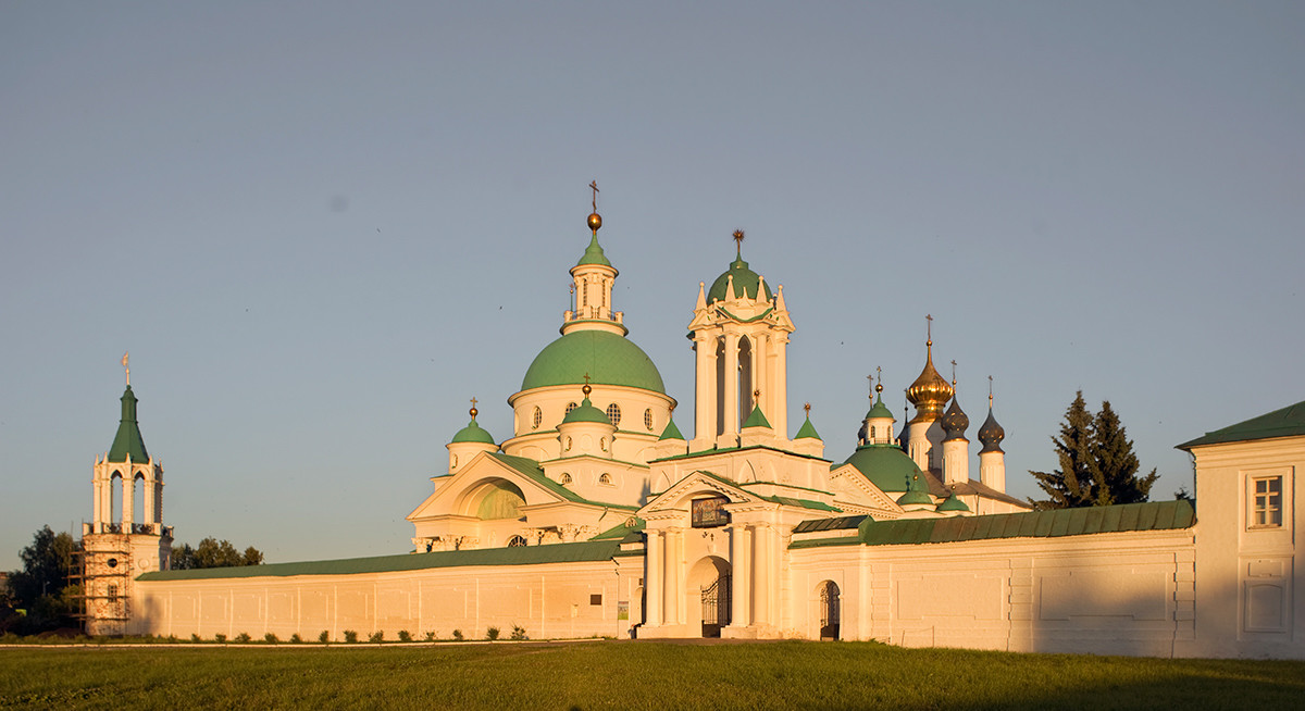 North view. From left: Northeast corner tower, Church of St. Dimitry of Rostov, North Gate,  Conception of St. Anne Cathedral. July 7, 2019ю