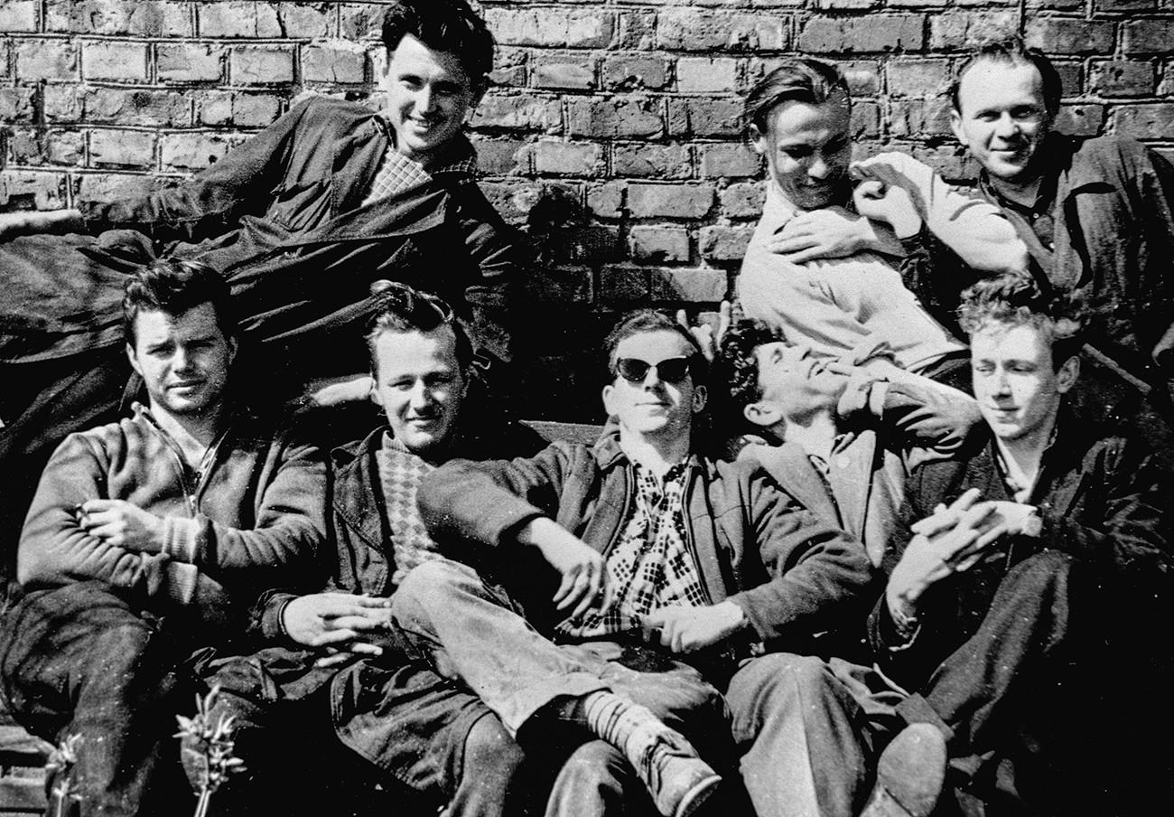 Lee Harvey Oswald saat berkumpul dengan rekan-rekan kerjanya di pabrik tempatnya bekerja di Minsk.
