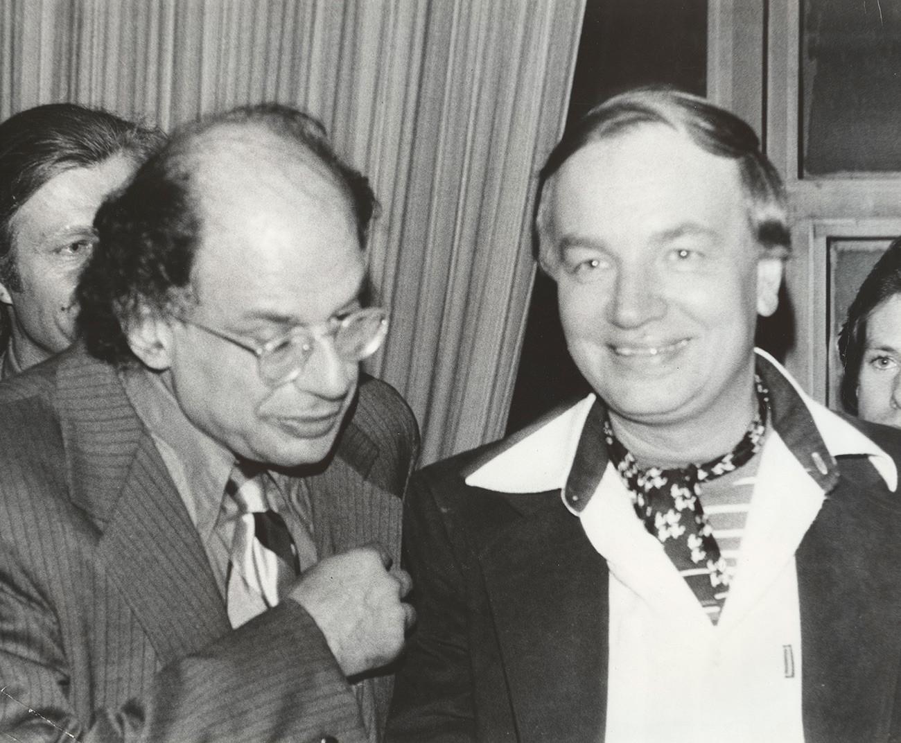 アンドレイ・ヴォズネセンスキーとアレン・ギンズバーグ(左)