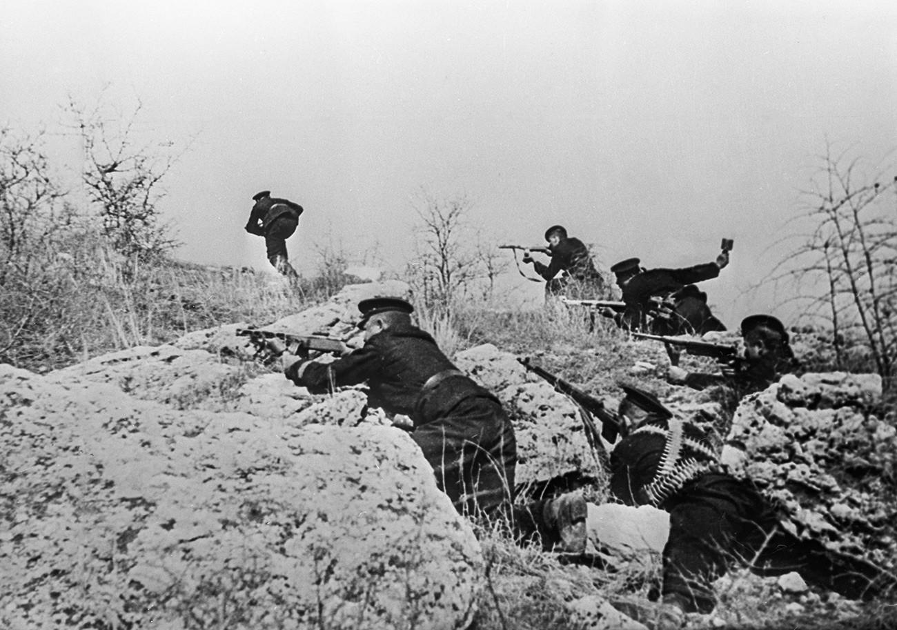 Великата Отечествена война (1941-1945). Отбраната на Севастопол и битката при Крим (септември 1941 - юли 1942). Пехотинци атакуват нацистките позиции.