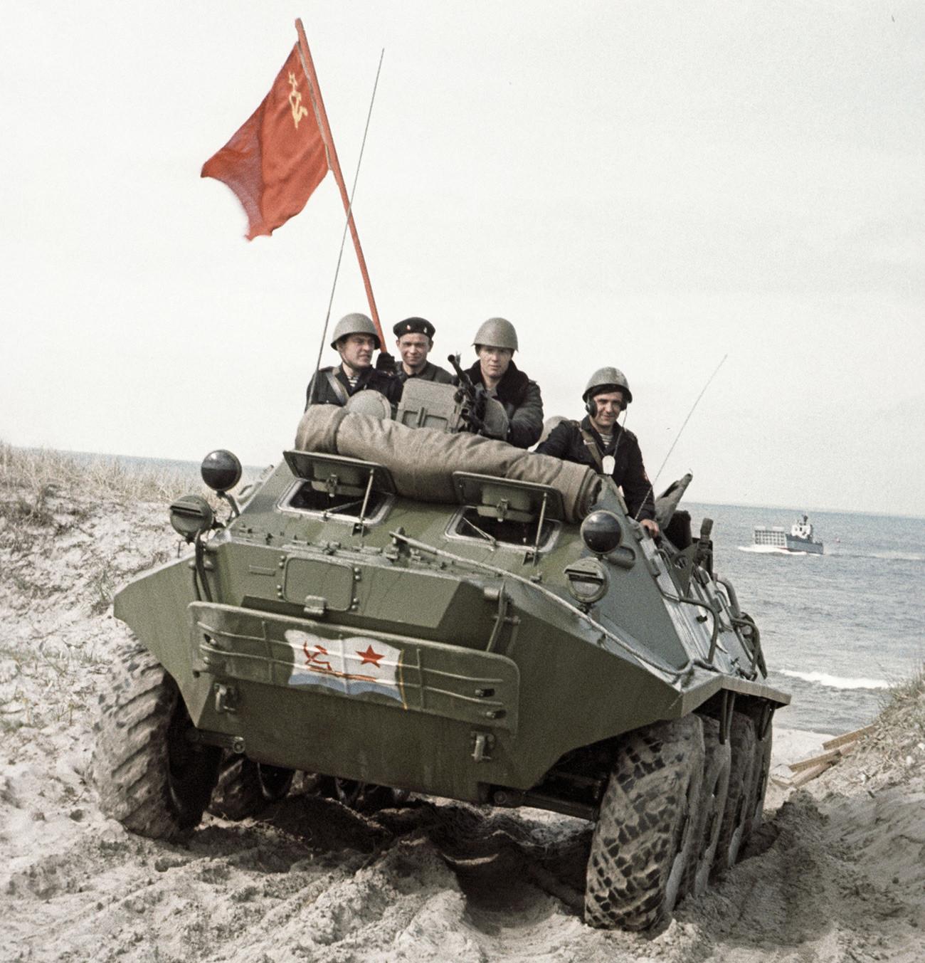 Бронетранспортьор с морски пехотинци се движи по пясък