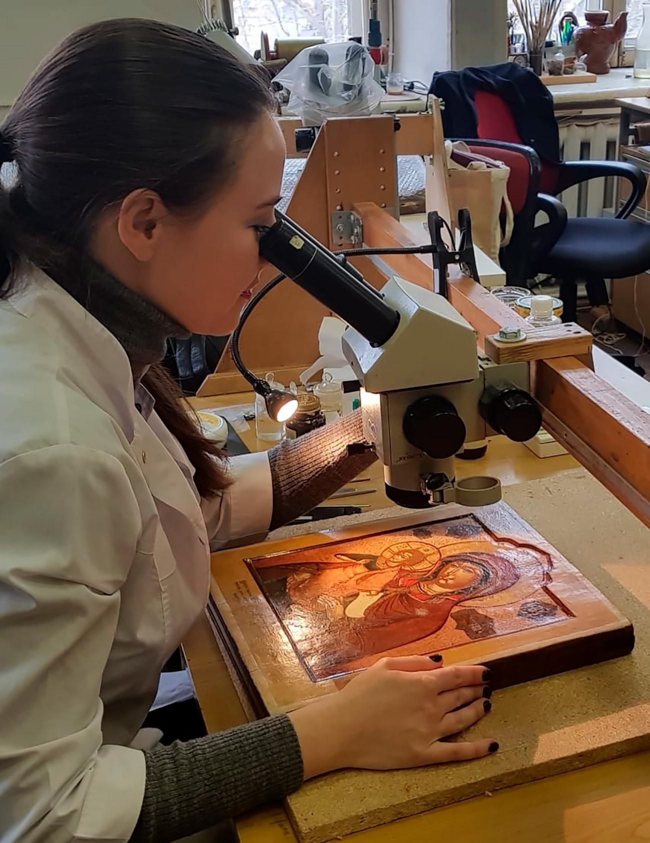 Elena Lavrentjeva, restauratrice di icone presso l'Istituto di ricerca statale per il restauro di Mosca