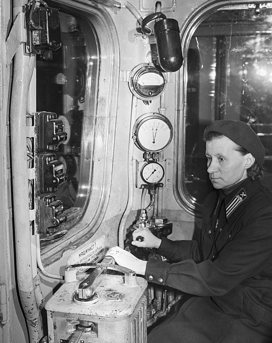 Seorang masinis perempuan di kabin kereta bawah tanah. 1 Maret 1959.