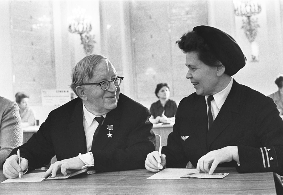 Masinis Metro Moskow A. K. Nechaeva dan akademisi Pyotr Nikolaevich Pospelov di Aula Bolshoi Kremlin selama penerimaan delegasi Konvensi SUCP XXIV. 26 Maret 1971.