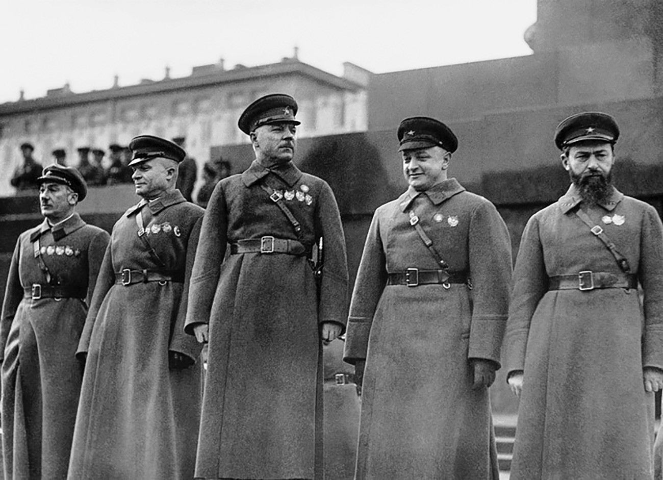 L-R: Genrich Jagoda, Alexander Jegorow, Kliment Woroschilow, Michail Tuchatschewski und Jan Gamarnik auf dem Roten Platz