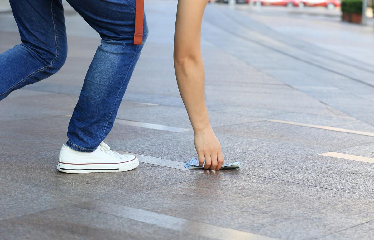Apakah Anda akan memungut uang yang tercecer di jalanan jika tidak ada yang melihat?