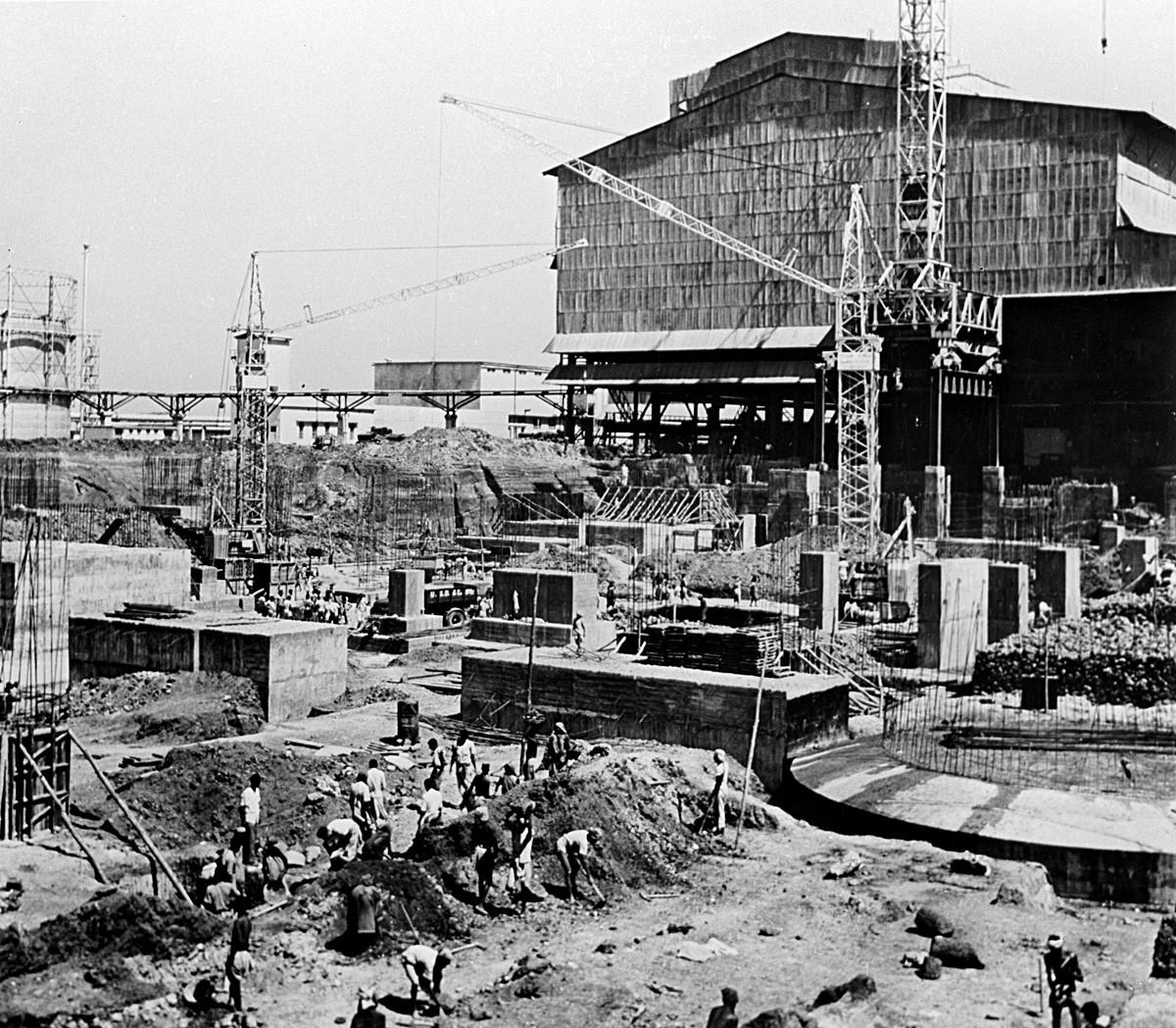 Construcción de los nuevos hornos en la planta siderúrgica Bhilai en India.