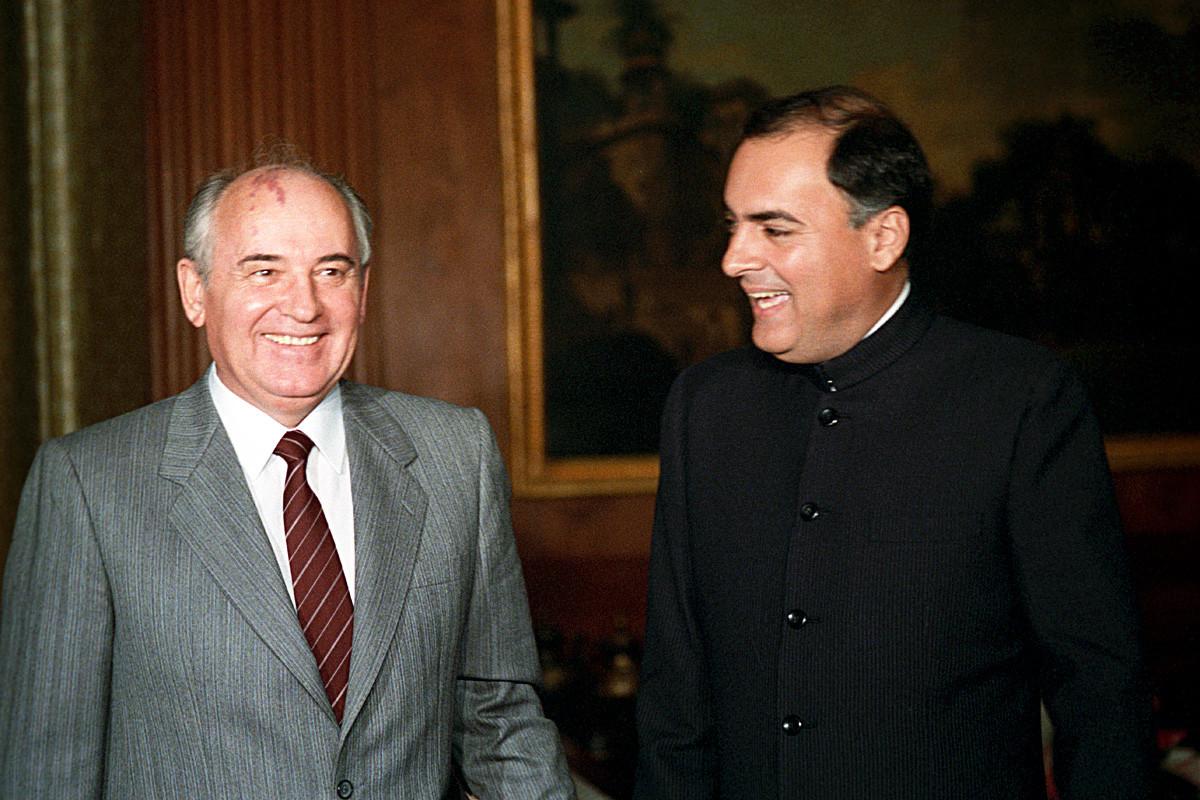 Líder soviético, Mijaíl Gorbachov (a la izq), y primer ministro indio, Rajiv Gandhi en India, 1988.