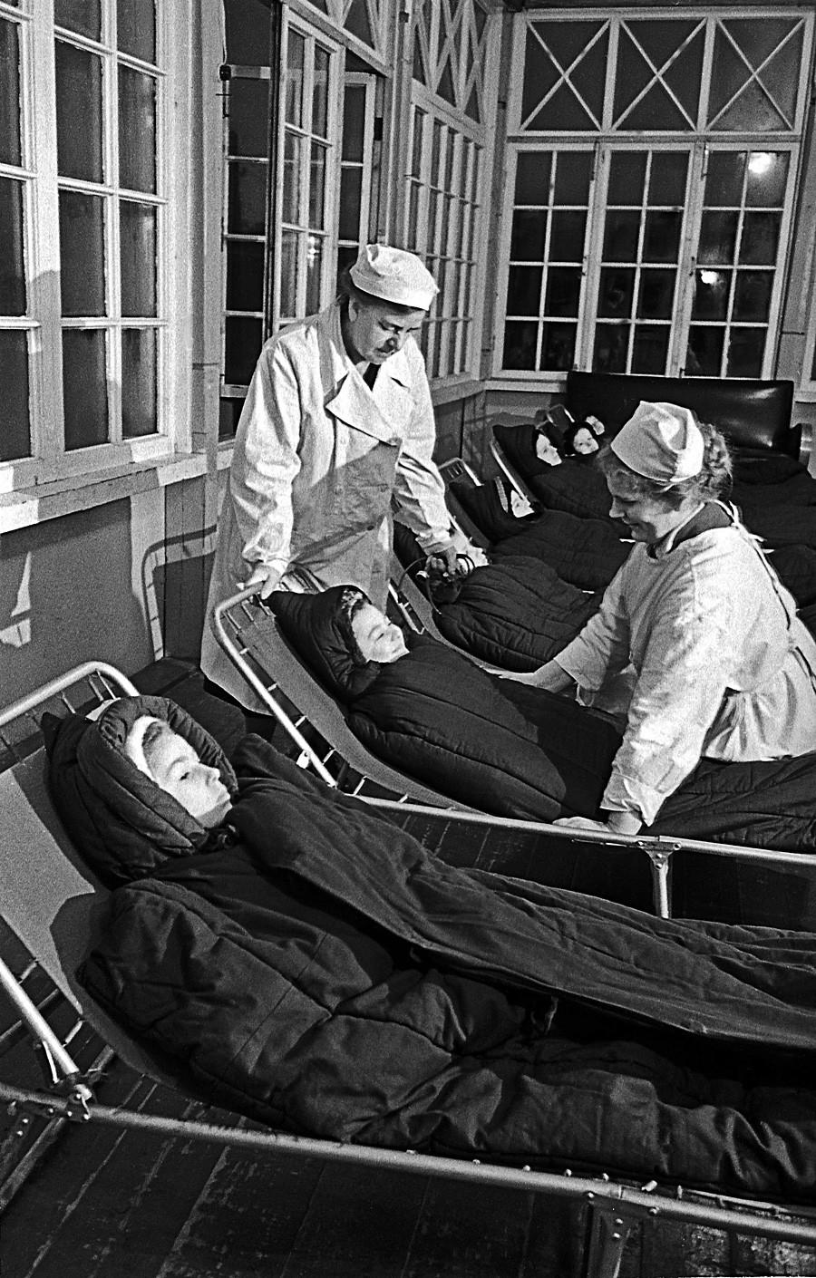 Anak-anak di sanatorium di Tanah Genting Karelia, Uni Soviet, 1959