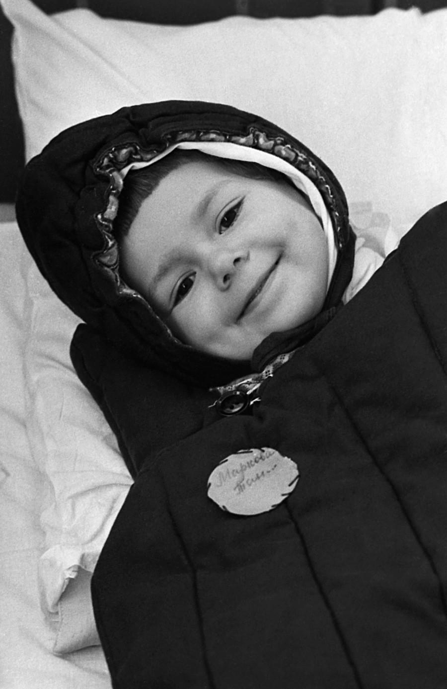 Seorang gadis kecil dalam kantong tidur di sebuah TK di Cherepovets, 1973.