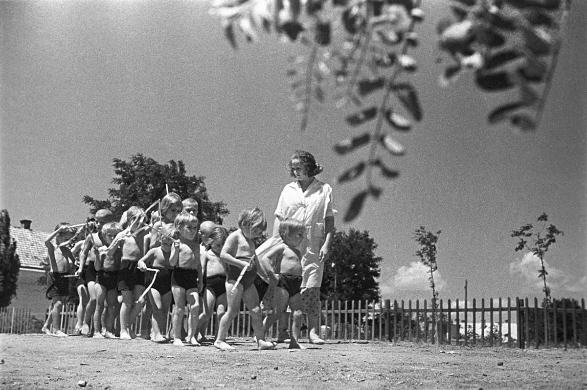 Деца от детска градина във Феодосия, Крим, на лятна разходка. 1939