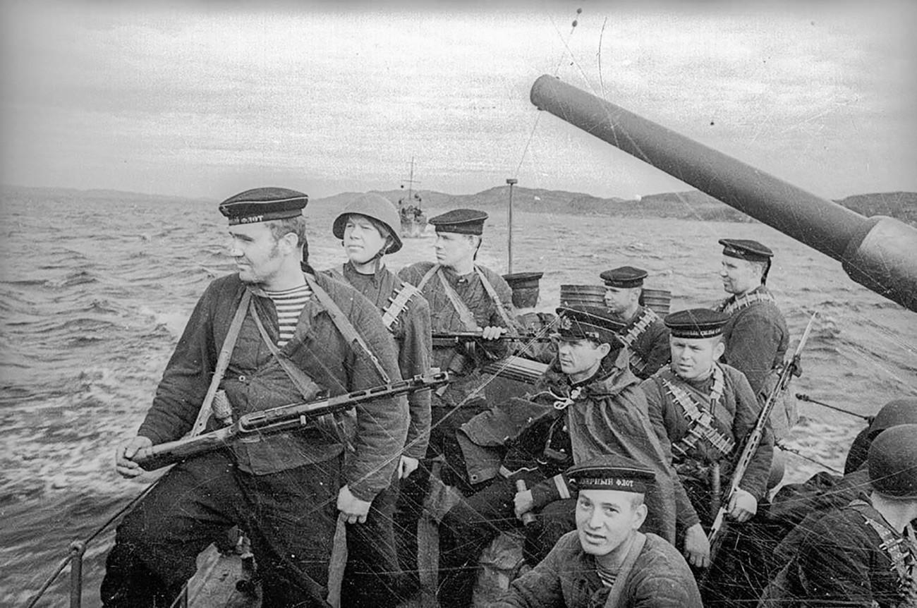 Морски десант пред излегувањето на брег.