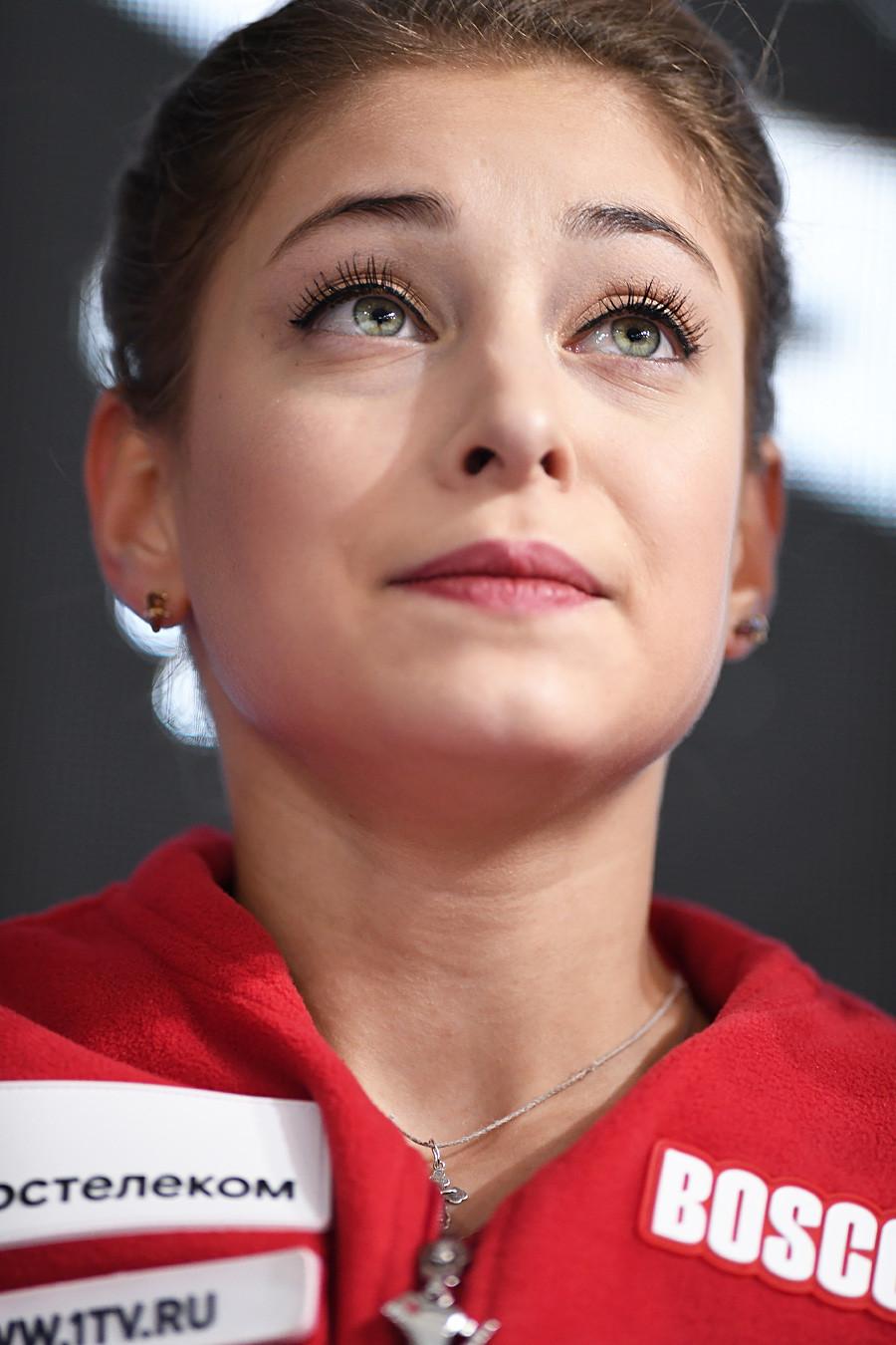 Alena Kostornaia selama Program Singkat pada Grand Prix Seluncur Indah ISU 2019, Prancis.