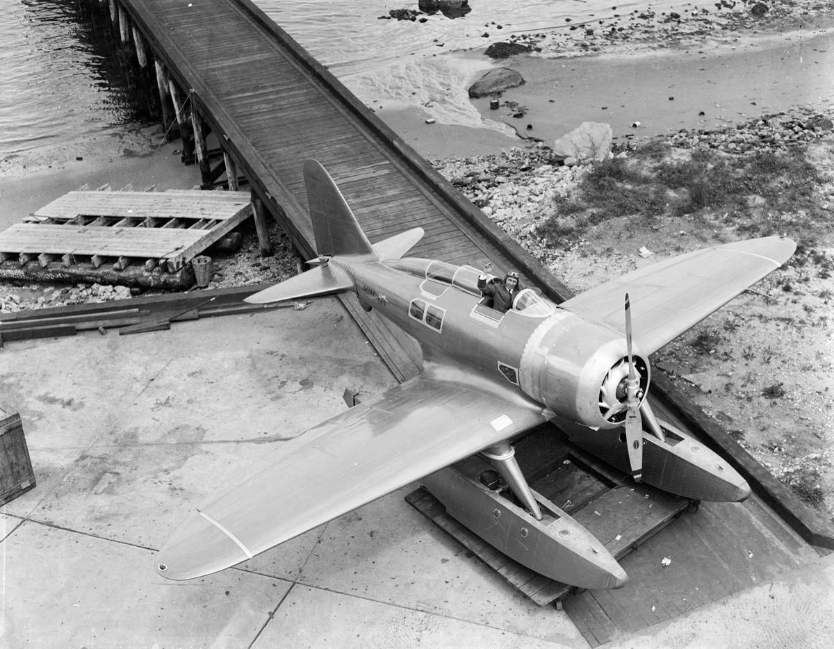 Новиот авион-амфибија кој го проектирал и го направил мајорот Александар Северски. На фотографијата Северски мавта од кабината на авионот, 14.6.1933, Њујорк.