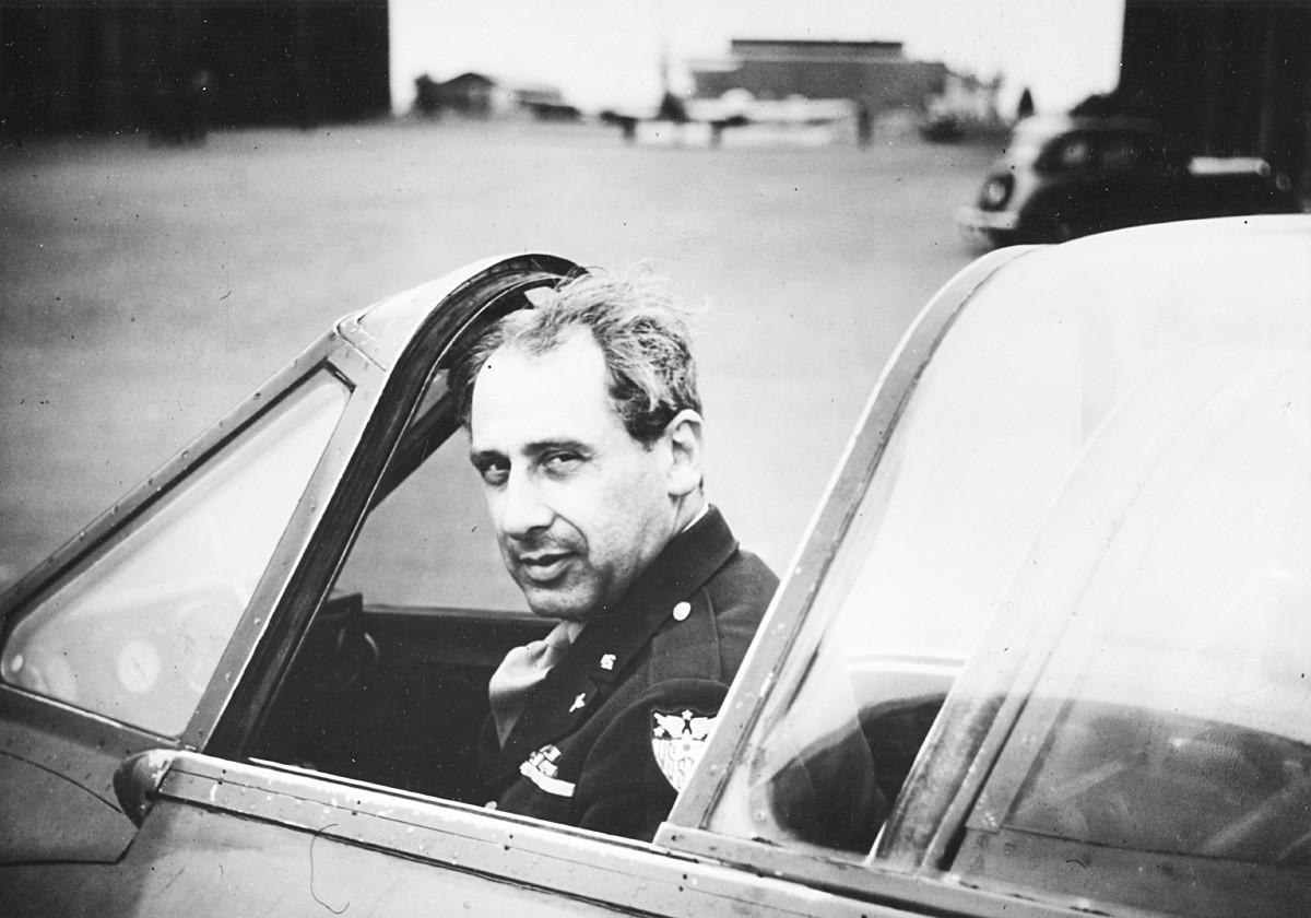 Портрет на Александар П. Де Северски, американски пилот и пронаоѓач роден во Русија. Северски гледа зад себе во кабината на британскиот ловец Havilland Vampire, Англија, 1944 година.