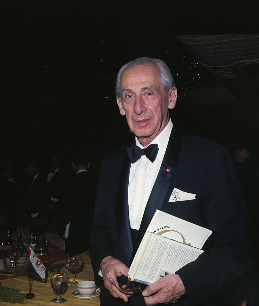 Александар Северски, познат пилот, конструктор на авиони и автор на многубројни статии на вечера во Клубот на истражувачи во хотелот Валдорф Асторија, Њујорк, 1986 година.