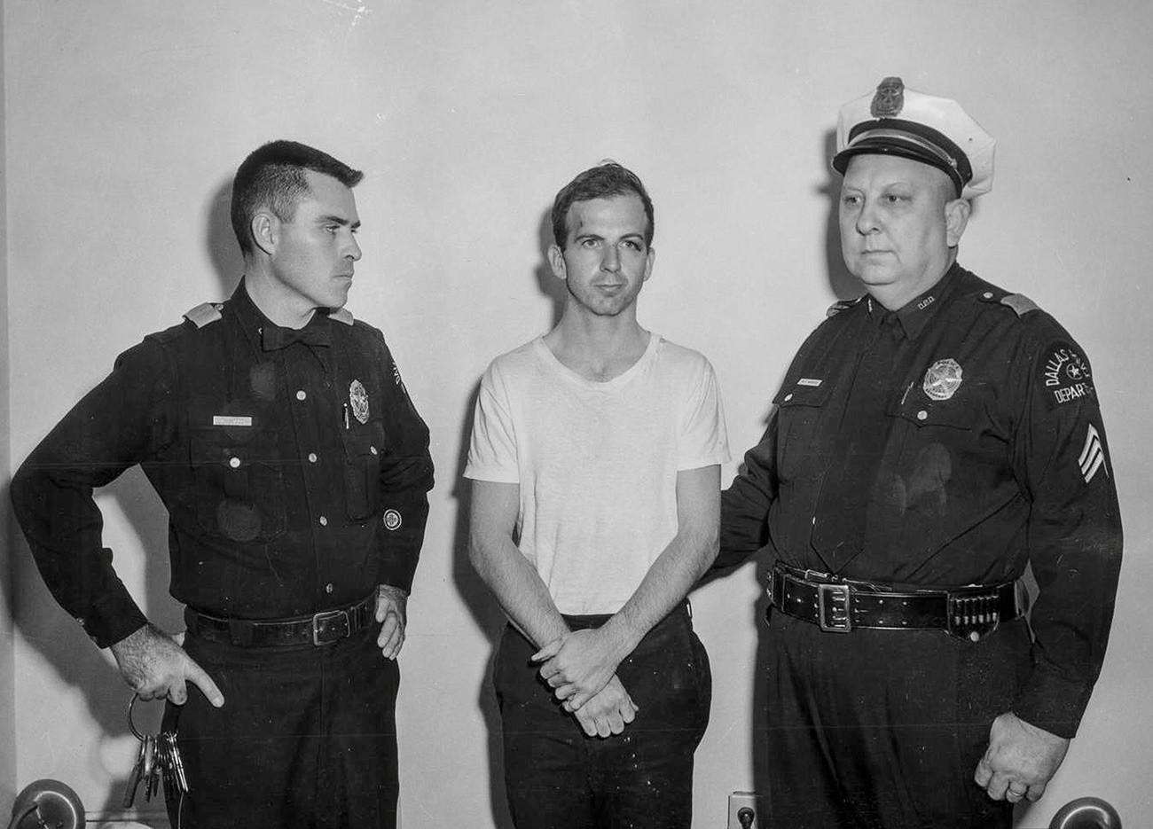 Архивска фотографија на полициската управа на Далас, обвинетиот Освалд со полицајци од Далас.