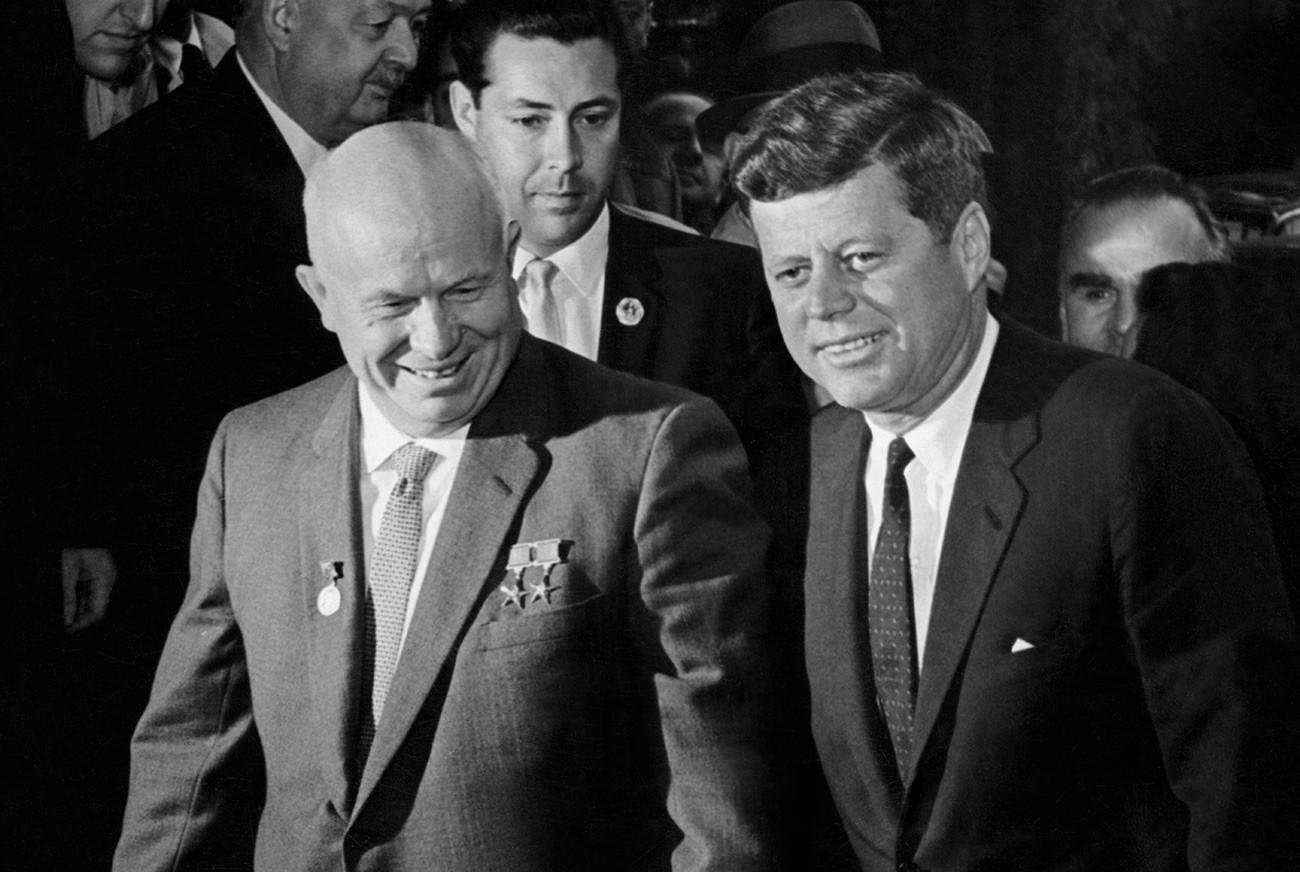 Виенскиот самит на 4 јуни 1961 година во Виена, Австрија. Претседателот Џон Кенеди и генералниот секретар Никита Хрушчов. Лидерите на двете суперсили во добата на Студената војна разгледуваа многу прашања поврзани со билатералните односи.