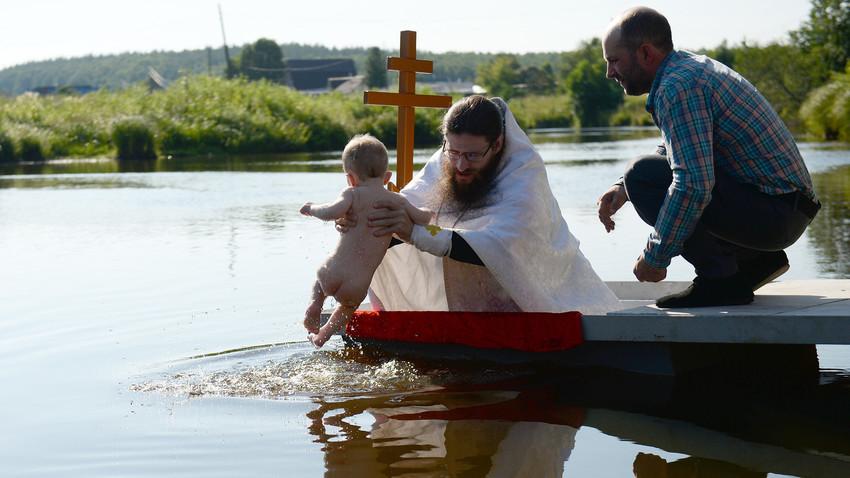 Battesimo sul fiume Chusovaya, vicino alla Chiesa del Principe Vladimir, a Stantsionny-Polevskoy