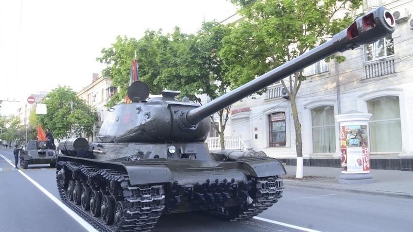 ИС-2 на Парадата на победата во Севастопољ