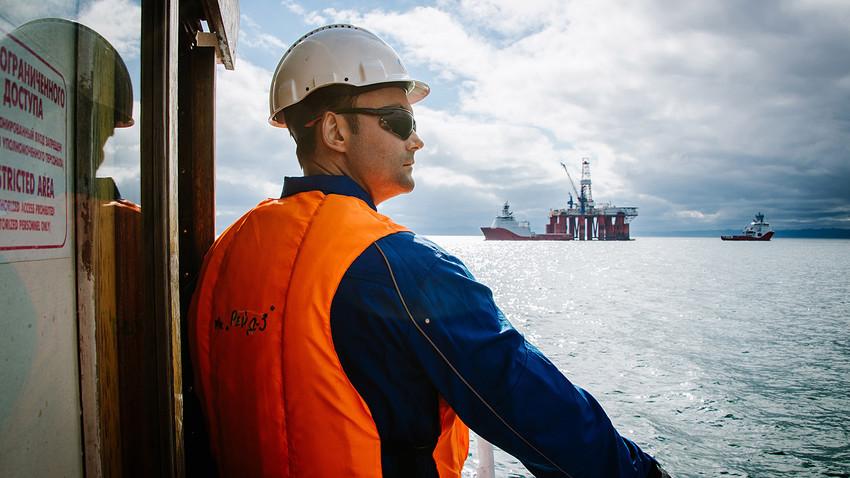 Плавучая буровая установка проекта «Сахалин-3» в Охотском море