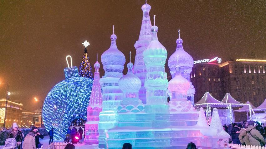 Sculpture de glace de la cathédrale Saint-Basile-le-Bienheureux réalisée à Moscou au cours de l'hiver 2018-2019