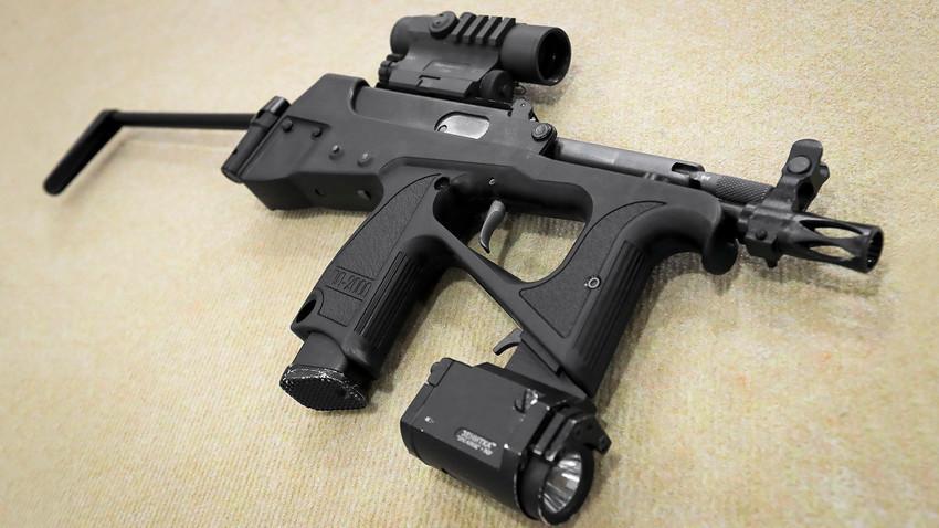 """Пиштол-митралез ПП-2000 со калибар од 9 милиметри на Меѓународниот военотехнички форум """"Армија 2019"""" во конгресно-изложбениот центар """"Патриот"""""""