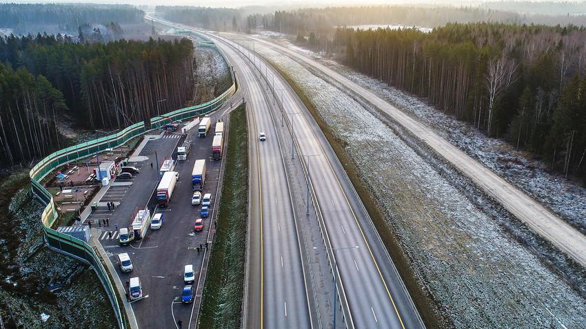 Място за почивка и бензиностанция на магистрала М11 от Москва до Санкт Петербург.