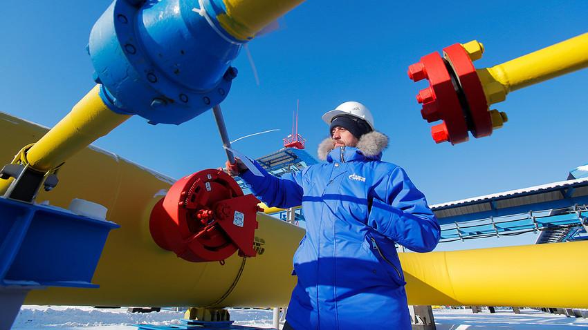 """Radnik provjerava plinski ventil na kompresorskoj stanici """"Atamanska"""" na Gazpromovom plinovodu """"Snaga Sibira"""" blizu grada Svobodni na ruskom Dalekom istoku, u Amurskoj oblasti. Rusija, studeni, 2019."""