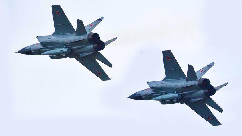 "Modernizirani lovci-presretači MiG-31K naoružani raketama ""Kinžal"""