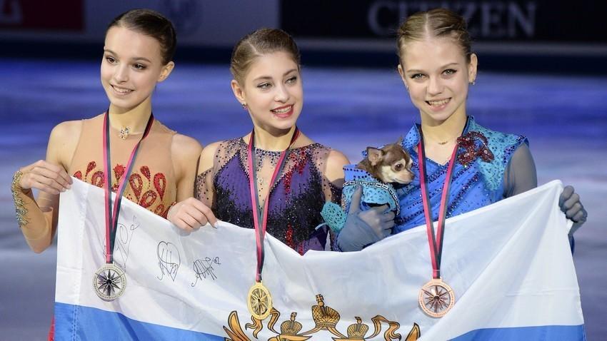 De la izq a la drcha: patinadoras rusas, Anna Shcherbakova, Aliona Kostórnaia et Alexándra Trúsova.